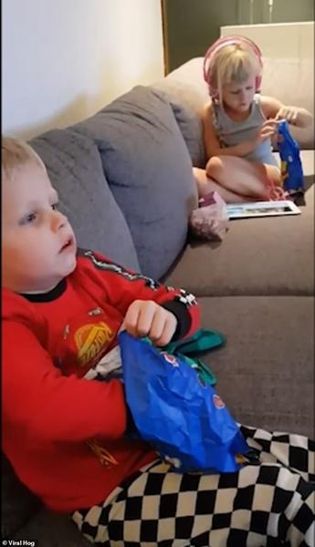 亲爹娘!丹麦小兄妹打开糖果袋看到西兰花瞬间变脸