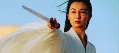 曾与张曼玉齐名,被成龙追求,最红时选择退圈,丈夫去世后仍单身