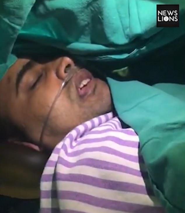 印度男子醒着做脑瘤手术 阅读印度教赞美诗