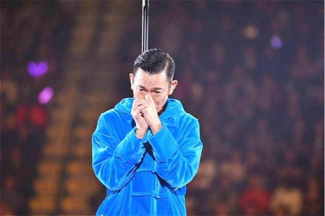 喉咙发炎无法再唱,刘德华中途取消演唱会,哭着向听众鞠躬道歉