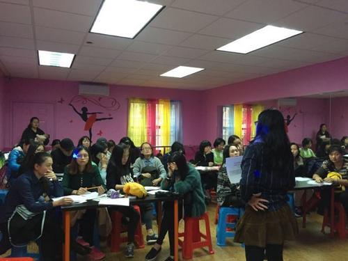 中国侨网数十名华裔家长在参添亲子有关讲座。(美国《世界日报》/黄伊奕 摄)