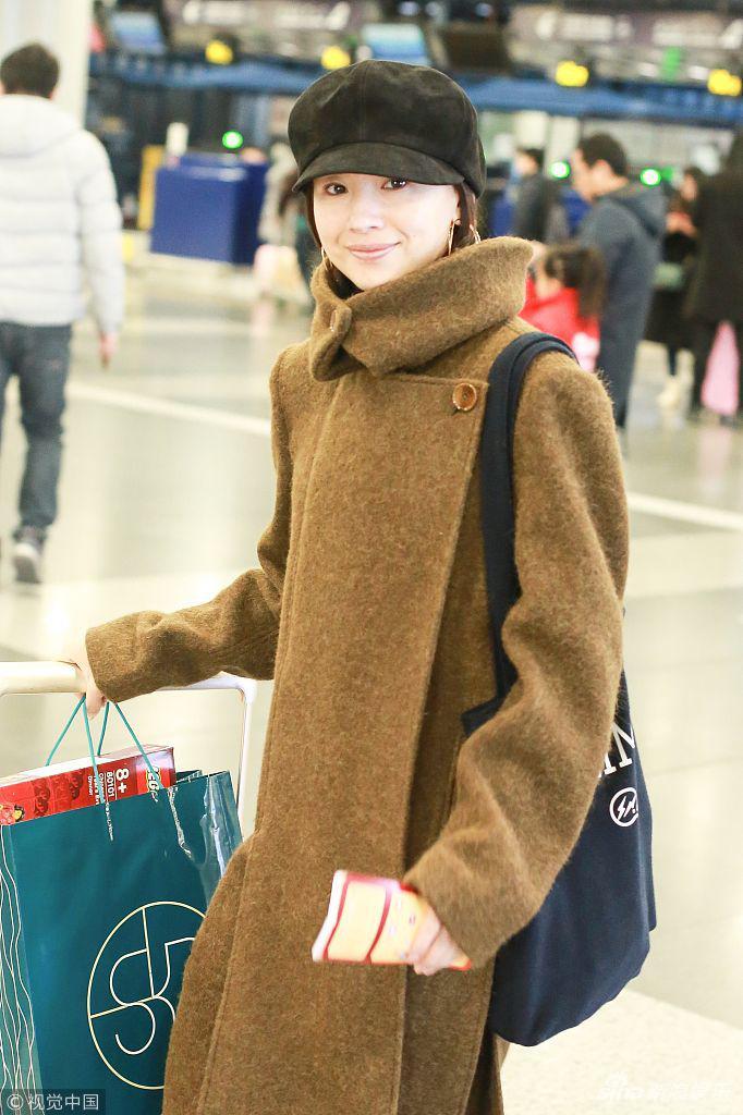 董洁穿呢子大衣素颜亮相机场 皮肤白皙笑容浅浅