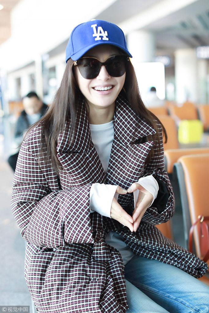 秦岚穿格子棉服仍显纤瘦 笑容甜甜双手比心