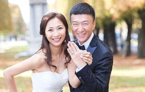 为孙红雷给导演下跪,而孙红雷娶了小15岁娇妻,她却59岁依然单身
