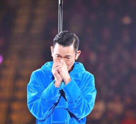 刘德华演唱会因嗓子发炎停止,含泪鞠躬道歉,网友:怎么不提前说