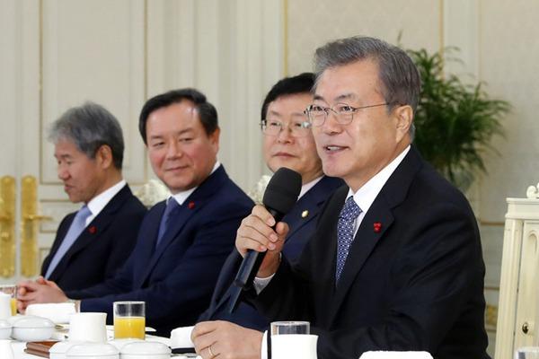 韩国总统文在寅在青瓦台举办年末午餐会