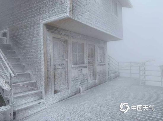 连山出现下半年最显著的雪,金子山景区白茫茫地落了一地。(图/金子山工作人员 黄丽英)