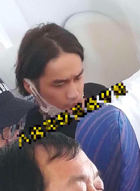网友飞机上偶遇蒋劲夫回国 眉头紧锁神色憔悴