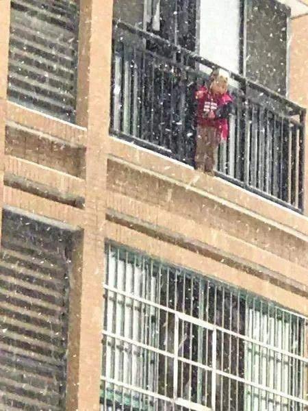 湖南4龄童独自翻阳台看雪被困40分钟,保安涉险救人
