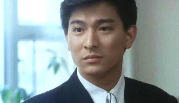 他被刘德华抱了一下,长大后就成为国际巨星,人气不输刘德华
