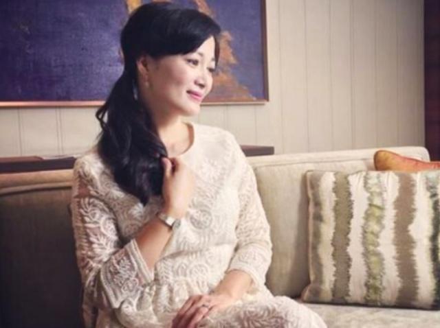 她成名后因钱背叛刘德华,嫁富豪破产后离婚,今再嫁大19岁富商!