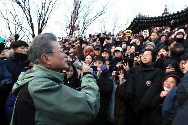 韩国总统文在寅新年首日登南山 与民众一起看日出