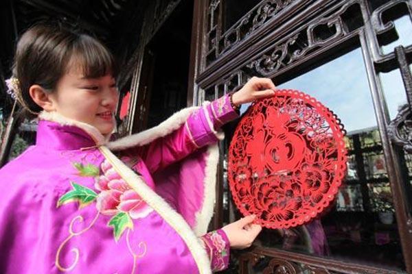 """江苏扬州""""何园千金""""身着晚清风韵冬装贴窗花迎新年"""