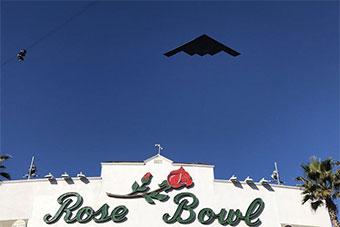 美国空军B-2隐形轰炸机新年飞跃玫瑰碗体育场