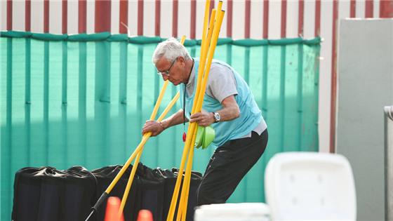 郜林训练做足疗 七旬老人为国足搬器材