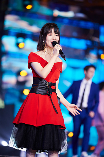 谢春花红裙亮相东方卫视跨年盛典惊艳全场