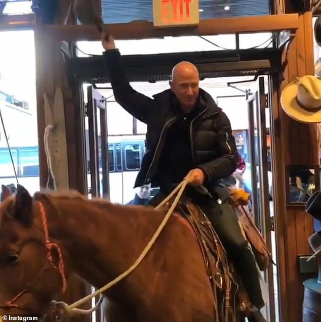 世界首富贝佐斯骑马逛街庆祝财富破千亿美元