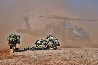 美国空军派遣铺路鹰直升机参加医疗救援演练