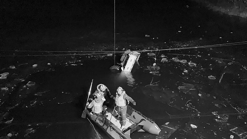 货车失控坠入水库被冰封水中 车上两外子倒霉遇难