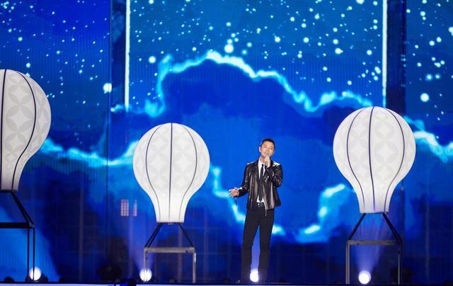 """贾乃亮献唱""""蓝莓台""""跨年晚会,而她深夜发文回应,太好看了吧!"""