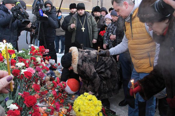 俄罗斯住宅楼爆炸致21人遇难 民众献花悼念