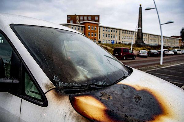 荷兰海牙新年前夜海滩篝火失控 现场物品遭到严重破坏