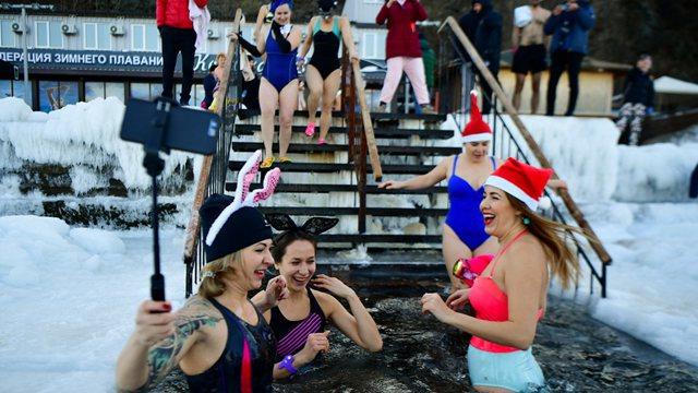 俄罗斯民众冬泳 美女泡冰嗨爆了