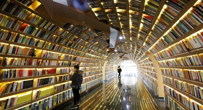 """别人家的图书馆亮了!郑州高校现""""书海隧道"""""""