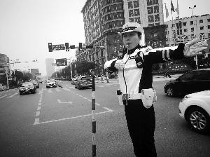 江苏泰兴一男子无证驾驶被女警狂追两公里累瘫