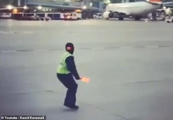 机场地勤热舞哄机上哭泣儿童 暖心一幕获赞无数