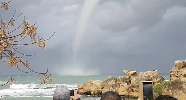 壮观!塞浦路斯海岸惊险龙吸水自然奇观