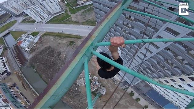 胆子比天大!摩洛哥小伙塔吊吊臂上倒挂自拍