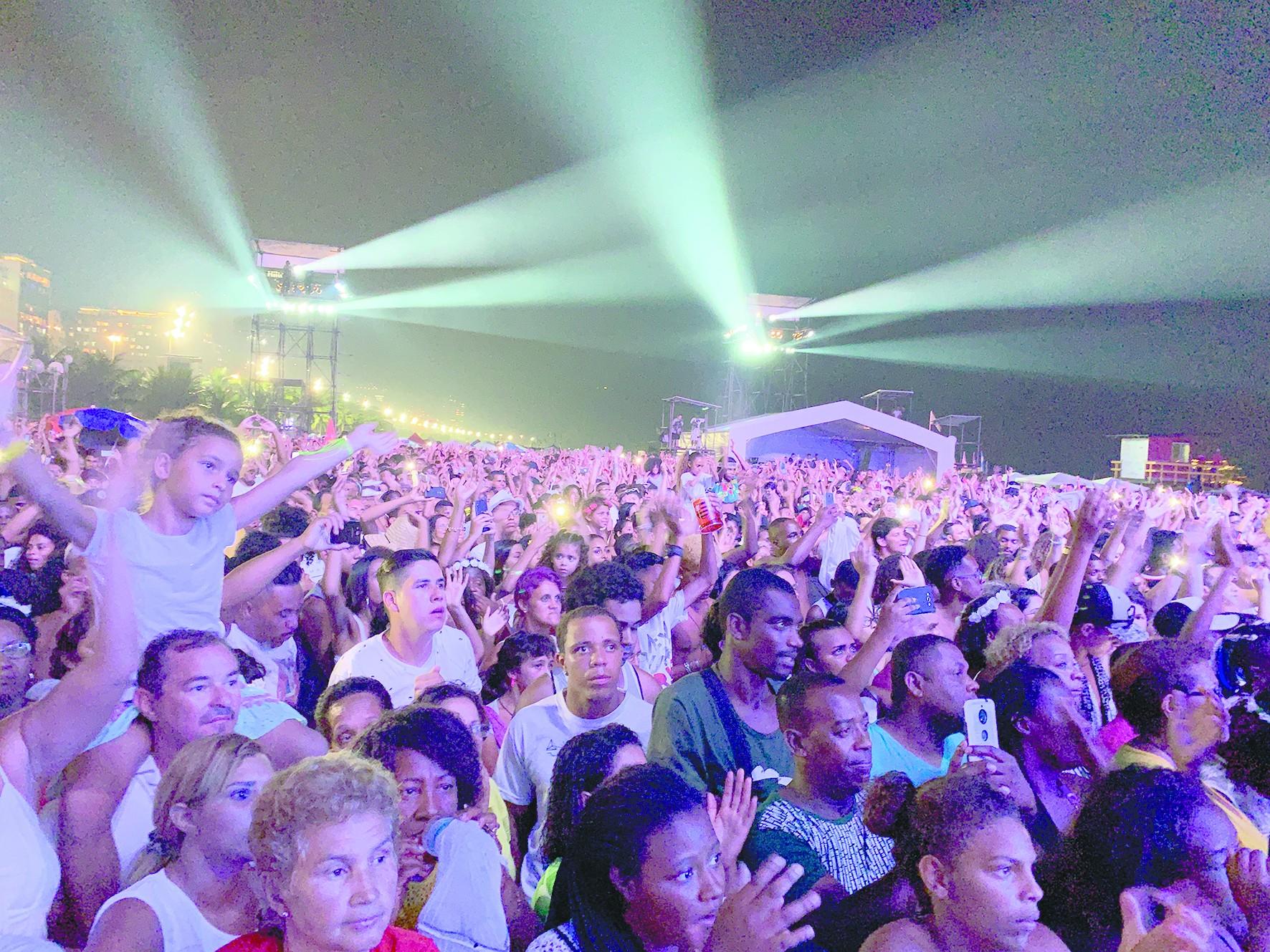 巴西:200万白衣人海滩踏浪