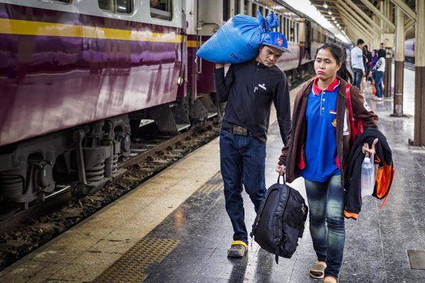 泰国曼谷:旅客提大包小包挤满车站忙回家过年