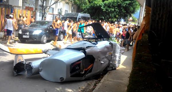巴西直升机失控坠落 砸到行人致其当场死亡