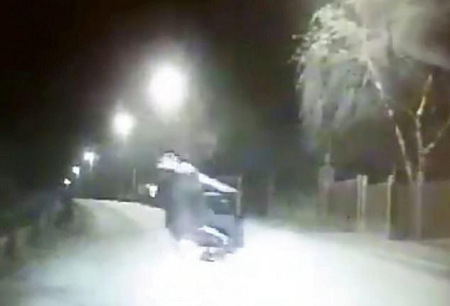 滑稽!英国两男子急速驾驶电摩逃离警方反撞路沿