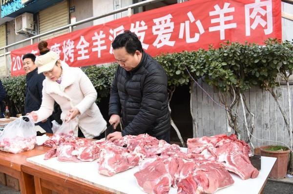 """郑州""""羊肉哥""""街头赠肉第9年:去年生意亏了,但羊肉还会送下去"""