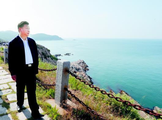 2018年6月12日,习近平在威海刘公岛考察。来源:新华网
