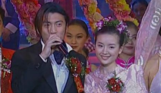 2000年春晚,董洁身穿婚纱与谢霆锋牵手