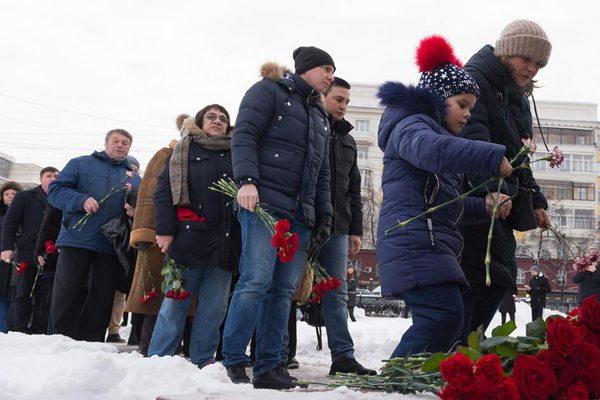 俄居民楼爆炸致死人数达38人 民众排队献花悼念