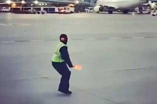 机场地勤?#20219;?#21700;机上哭泣儿童 暖心一幕获赞无数