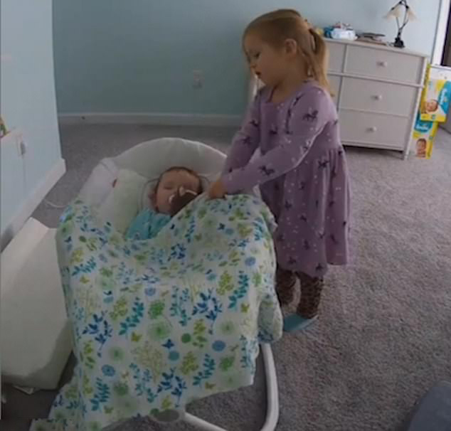 守护小天使!美4岁萌宝悉心照顾熟睡妹妹