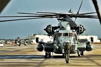 美国海军陆战队8架CH53E重型直升机编队训练