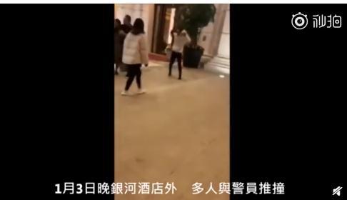 内地游客在澳门一酒店前冲撞警察,警员开枪示警
