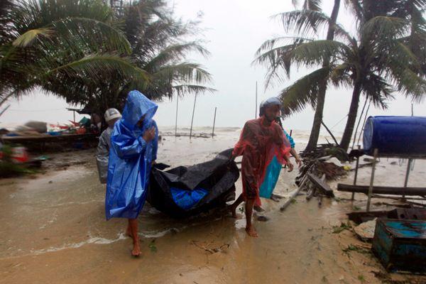 """2019年第一号台风""""帕布""""直扑泰国 风雨大作居民紧急防备"""