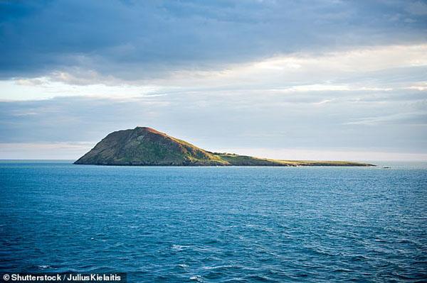威尔士小岛有两万圣徒坟冢 亚瑟王或亦安息于此
