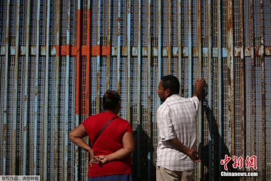 美方对边境移民使用催泪瓦斯 墨西哥要求对此调查
