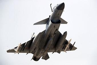 中国空军歼10B战机训练展示恐怖挂载能力