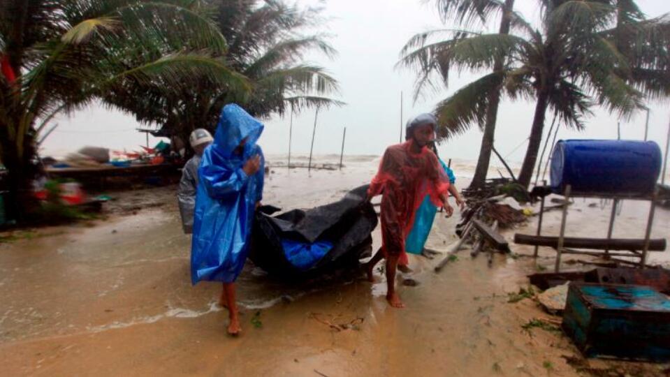 """热带风暴""""帕布""""登陆泰国 至少2万名游客被困海岛 大量中国游客滞留"""