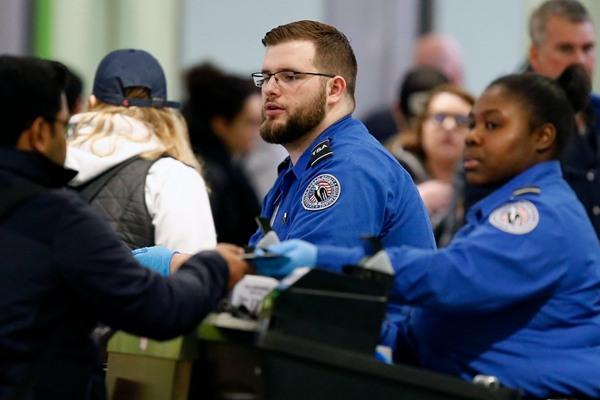 政府关门工作无薪 美国机场安检员也不干了